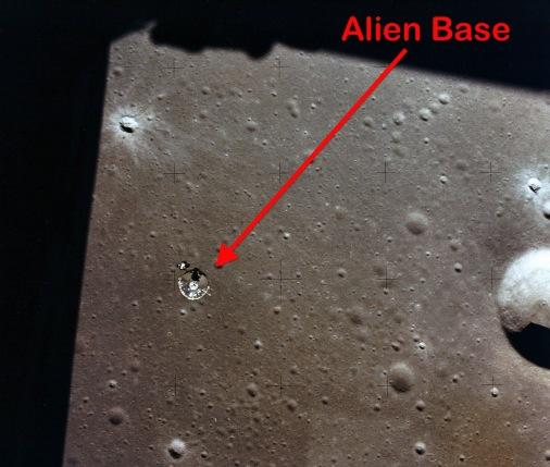 База прибульців на Місяці