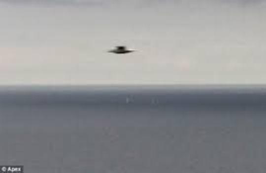Літаюча тарілка над водою