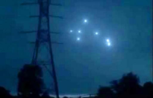 Група НЛО у небі