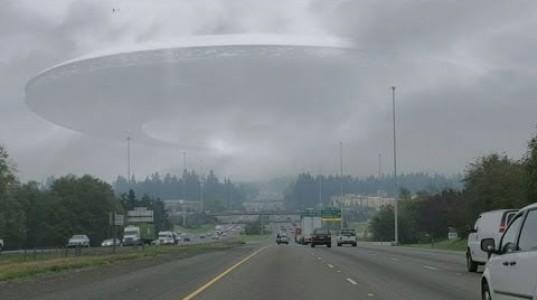 Величезний НЛО в небі