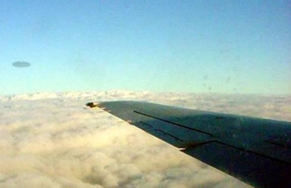 Літаюча тарілка біля крила